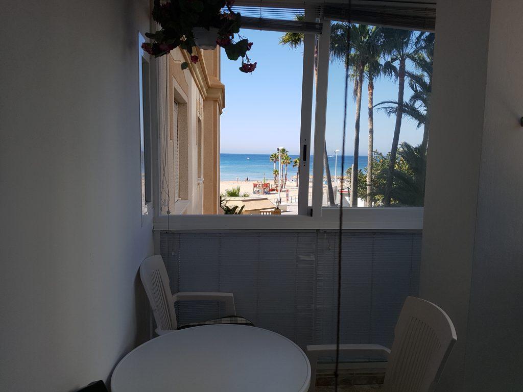 Balkon keuken vakantieappartement Spanje met uitzicht