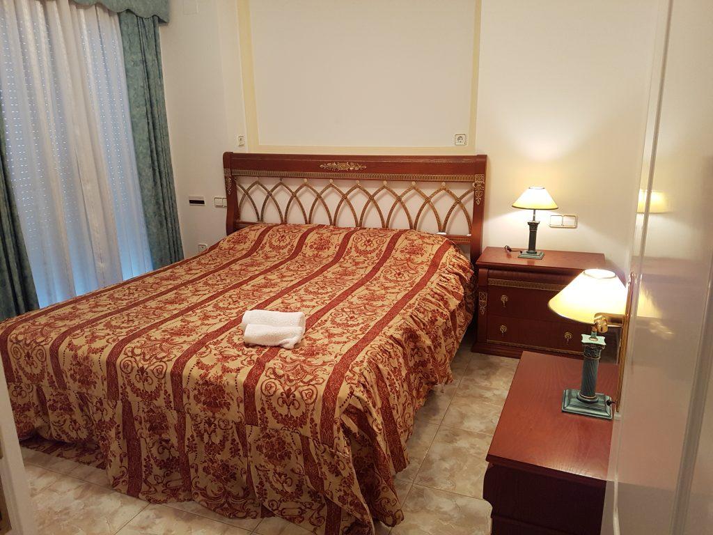 Slaapkamer met aangrenzend badkamer en balkon, vakantieappartement Calpe