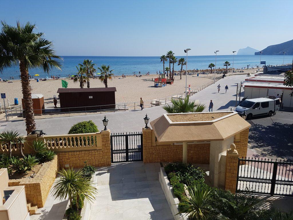 Uitzicht overdag over strand Playa Arenal Bol Calpe, Spanje