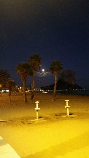 Calpe bij maanlicht, romantisch strandvakantie zuid Spanje